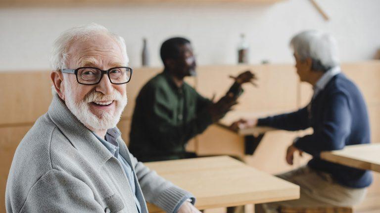 Seguros y pensiones por vejez: cómo acceden los extranjeros